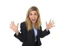 Молодая привлекательная и счастливая бизнес-леди представляя уверенно усмехаясь возбужденный представляя продукт Стоковые Фотографии RF