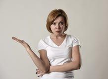 Молодая привлекательная и унылая женщина представляя одни сердитое и расстроенный в плохой стороне настроения и ража стоковое фото rf