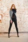 Молодая привлекательная кожа носки женщины одевает в ретро доме Стоковые Изображения RF