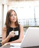 Кофе коммерсантки выпивая с компьтер-книжкой Стоковое Изображение RF