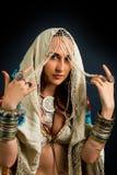 Молодая привлекательная ретро модель в старомодном одичалом danc одежды стоковые фотографии rf