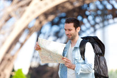 Молодая привлекательная туристская карта чтения в Париже Стоковые Изображения