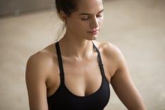 Молодая привлекательная sporty женщина размышляя с закрытыми глазами, серыми Стоковые Изображения RF