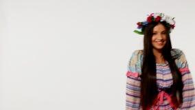 Молодая русская девушка с гирляндой - этническим танцем видеоматериал