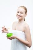 Молодая свежая привлекательная женщина в подготавливать полотенца Стоковое Изображение