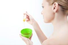 Молодая свежая привлекательная женщина в подготавливать полотенца Стоковые Фотографии RF