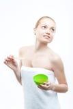 Молодая свежая привлекательная женщина в подготавливать полотенца Стоковые Изображения