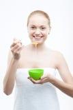 Молодая свежая привлекательная женщина в подготавливать полотенца Стоковая Фотография RF