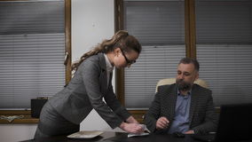 Молодая секретарша обслуживая кофе к ее красивому боссу акции видеоматериалы