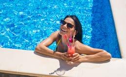 Молодая сексуальная девушка на коктеиле бассейна выпивая Стоковые Изображения RF