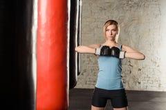 Молодая сексуальная девушка над черной предпосылкой с перчатками бокса Стоковые Фото