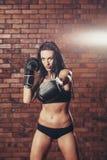 Молодая сексуальная девушка с перчатками бокса, на Стоковое фото RF
