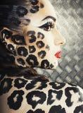 Молодая сексуальная женщина с леопардом составляет на всем тело, bodyart кота Стоковое Изображение