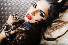 Молодая сексуальная женщина с леопардом составляет на всем тело, bodyart кота Стоковая Фотография RF