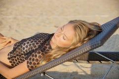 Молодая сексуальная женщина устанавливая и размякнутая близко, соединяет на день летнего отпуска хороший горячий, нося черный und Стоковое фото RF