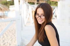 Молодая сексуальная студентка в стеклах чтения стоковые фото