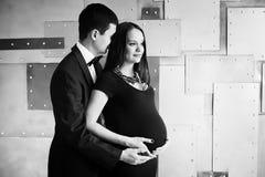 Молодая семья беременной элегантности Стоковая Фотография
