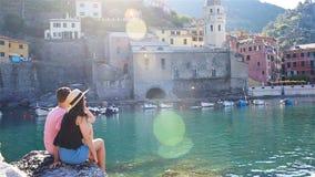 Молодая семья в бухте на утесе в запасе Cinque Terre Сногсшибательная природа и свежий воздух сток-видео