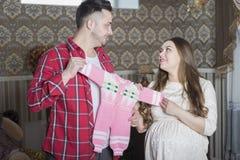 Молодая семья в ожидании рождение ребенка рассматривает Стоковые Изображения RF