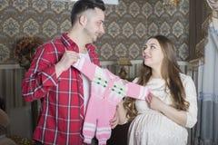 Молодая семья в ожидании рождение ребенка рассматривает Стоковые Изображения