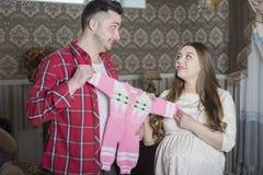 Молодая семья в ожидании рождение ребенка рассматривает Стоковое Изображение