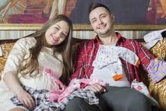 Молодая семья в ожидании рождение ребенка рассматривает Стоковое Изображение RF