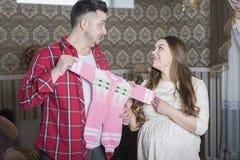 Молодая семья в ожидании рождение ребенка рассматривает Стоковое фото RF