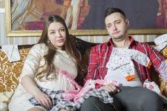 Молодая семья в ожидании рождение ребенка рассматривает Стоковая Фотография