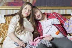 Молодая семья в ожидании рождение ребенка рассматривает Стоковые Фото