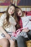 Молодая семья в ожидании рождение ребенка рассматривает Стоковые Фотографии RF