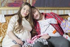 Молодая семья в ожидании рождение ребенка рассматривает Стоковое Фото