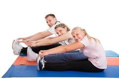 Молодая семья делая протягивающ тренировки Стоковое Изображение RF