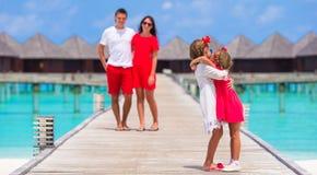 Молодая семья из четырех человек имеет потеху на деревянной моле Стоковая Фотография