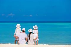 Молодая семья из четырех человек на каникулах пляжа Стоковые Фото