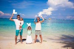 Молодая семья и 2 дет с словом ЛЮБЯТ дальше Стоковое Изображение RF
