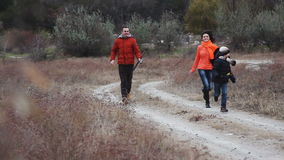 Молодая семья на каникулах древесины прогулки видеоматериал