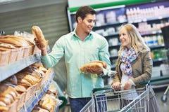 Молодая семья на магазине Стоковое Фото