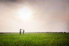 Молодая семья на природе Стоковая Фотография