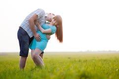 Молодая семья на природе Стоковые Изображения RF