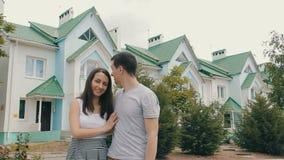 Молодая семья перед новым домом сток-видео