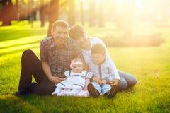 Молодая семья при 2 дет идя в парк лета Стоковые Изображения RF