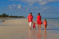 Молодая семья при 2 дет идя на пляж Стоковое Фото
