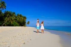 Молодая семья при 2 дет идя на пляж Стоковое Изображение