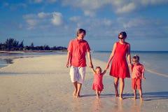 Молодая семья при 2 дет идя на пляж Стоковая Фотография RF
