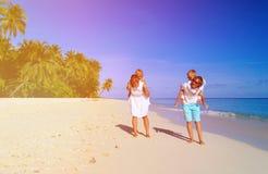 Молодая семья при 2 дет идя на пляж Стоковая Фотография