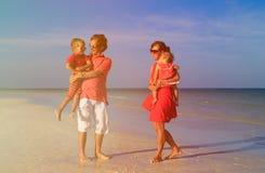 Молодая семья при 2 дет идя на пляж Стоковые Изображения