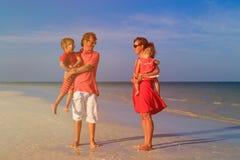 Молодая семья при 2 дет идя на пляж Стоковое фото RF