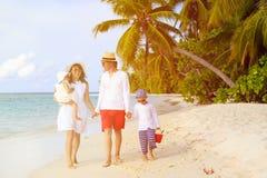 Молодая семья при 2 дет идя на тропический пляж Стоковые Изображения RF