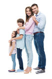 Молодая семья при 2 дет стоя совместно Стоковые Фотографии RF