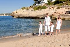Молодая семья с 2 детьми на каникулах стоковая фотография rf